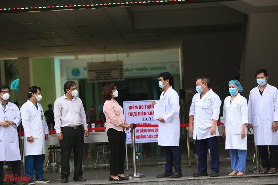 Khoảnh khắc Bệnh viện Đà Nẵng được gỡ lệnh phong tỏa