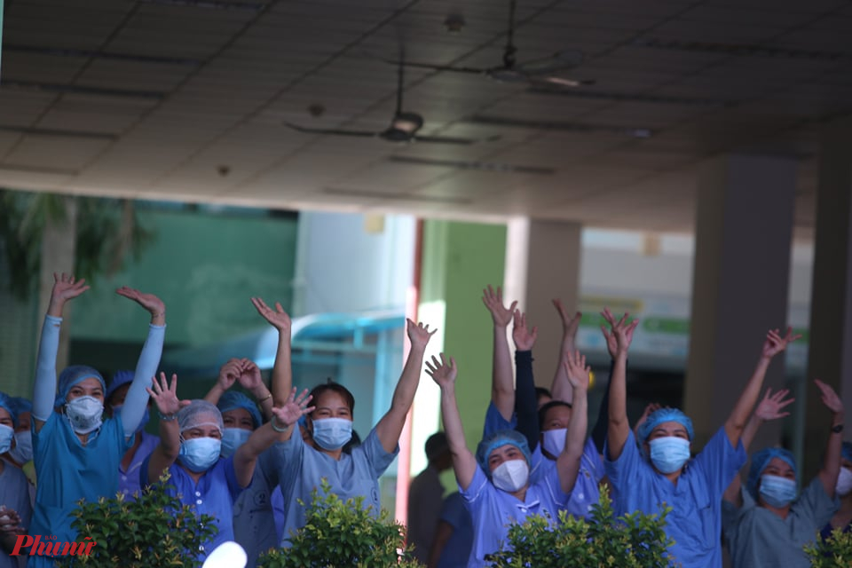 Nhân viên Bệnh viện Đà Nẵng vui mừng khôn xiết sau 1 tháng bị phong tỏa