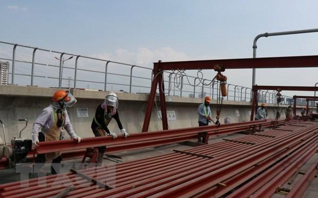 Công nhân thi công đường ray tuyến metro số 1 tại TP.HCM. Ảnh: Tiến Lực/TTXVN
