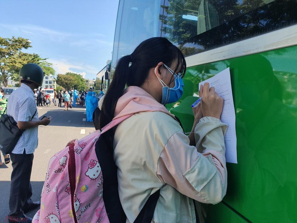 Người dân Quảng Ngãi đăng ký thông tin về quê - Ảnh: Lê Đình Dũng.
