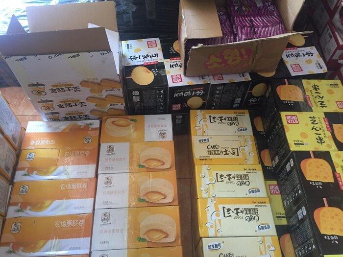 Thông tin trên các thùng hàng toàn bộ là chữ Trung Quốc