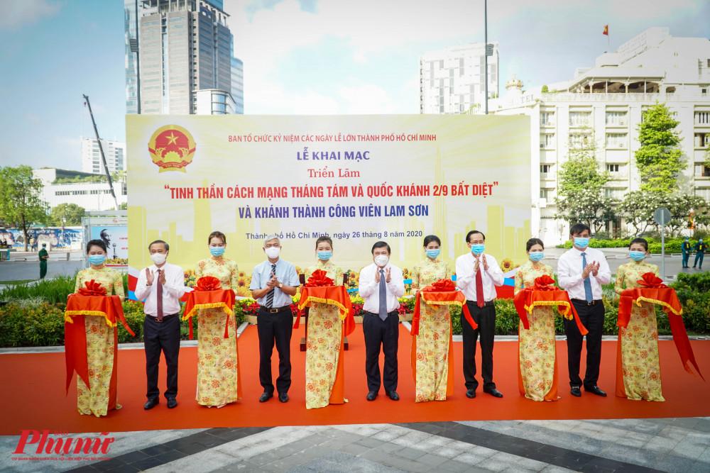 Ông Nguyễn Thành Phong - Chủ tịch UBND TPHCM cùng đại diện các lãnh đạo Thành phố cắt băng khánh thành