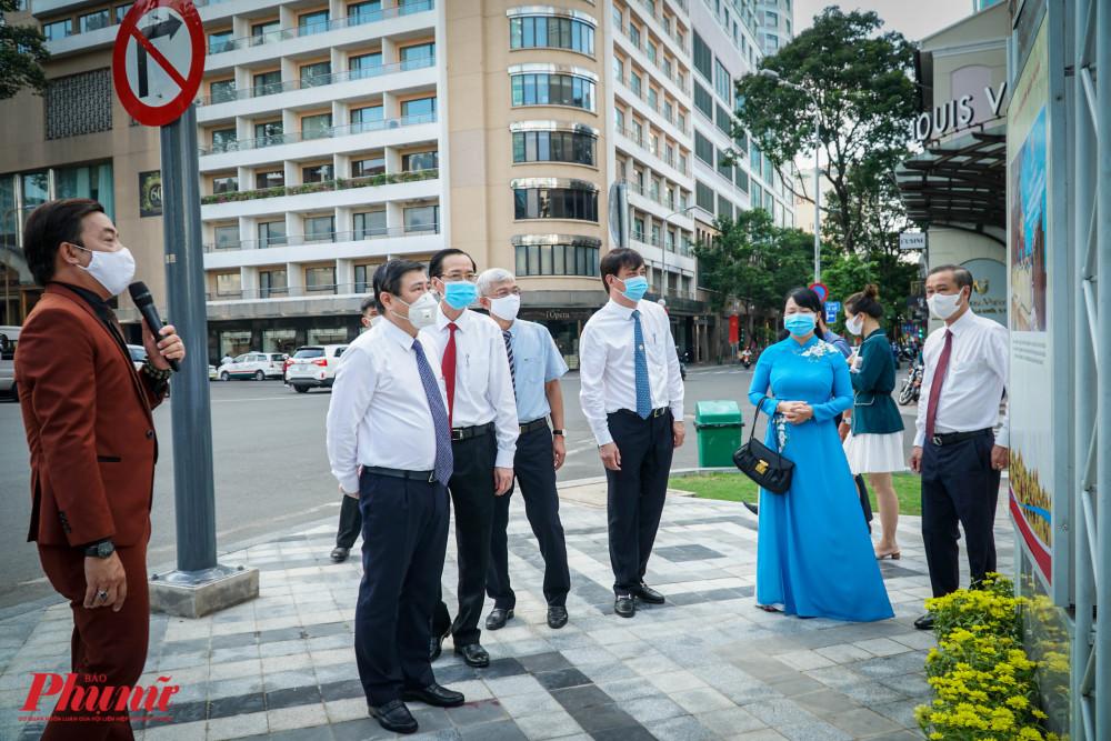 Sau đó, ban lãnh đjao cùng tham quan các ảnh được trưng bày tại buổi triển lãm