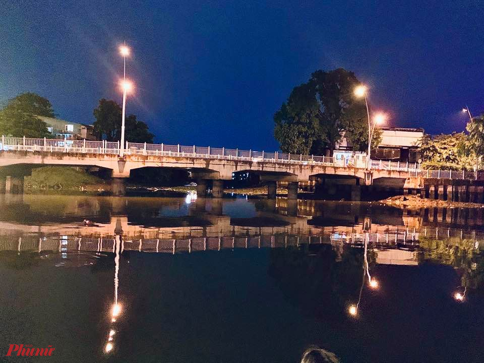 Không ít người hào hứng gọi khúc kênh này gợi chút gì ở Singapore, Phượng hoàng cổ trấn và thậm chí Hội An. Còn nếu qua lại khu vực này thường xuyên, sẽ hiểu đây là cách để con kênh bớt đơn điệu về đêm và hấp dẫn hơn.
