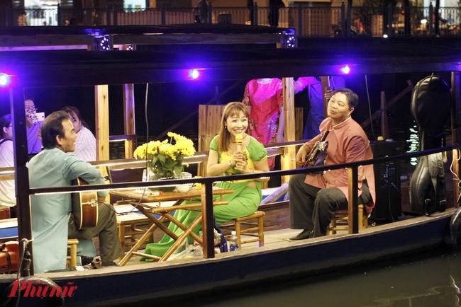 Chút gợi nhớ sông nước miền Tây là người ta có thể nghe dăm câu vọng cổ từ những người nghệ sĩ đờn ca tài tử chỉ chờ khách dong thuyền ngang qua là dạo đàn, cất tiếng. Phần nhạc dọc đường thuyền đi còn có các tiết mục trình tấu của Harmonica, violon…
