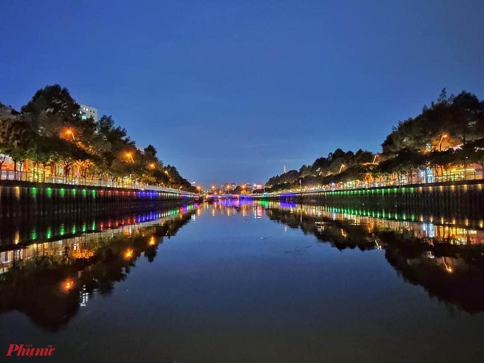 Hai bên bờ kênh, vừa mới được đơn vị khai thác tuyến du thuyền này lắp đặt thêm hệ thống đèn chạy dài từ cầu Thị Nghè đến cầu Điện Biên Phủ. Hiệu ứng ánh sáng đã làm bờ kênh vốn tối khi đêm về nay rực rỡ sắc màu hơn.