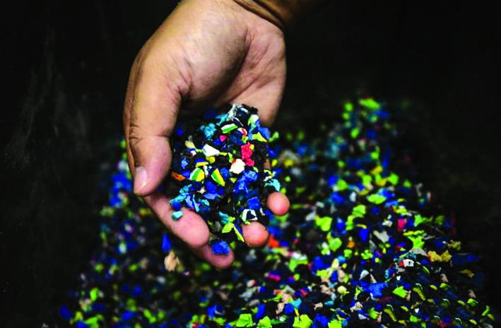 Những chiếc dép xỏ ngón nhặt từ biển được làm sạch, cắt nhỏ và trộn với keo polymer - Ảnh: Pichayada Promchertchoo