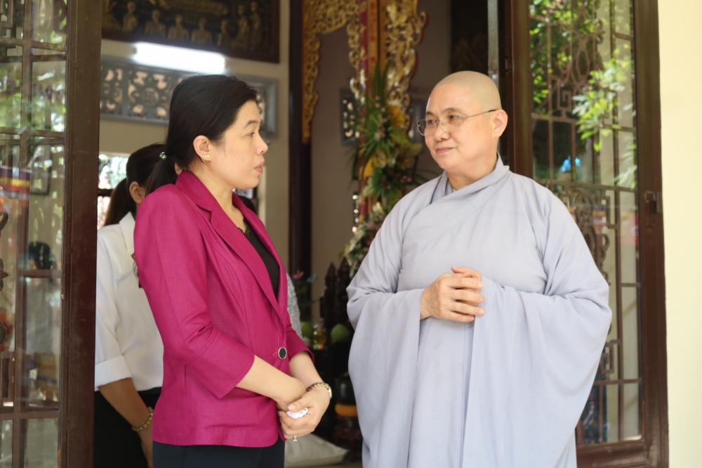 Bà Nguyễn Trần Phượng Trân - Chủ tịch Hội LHPN TP.HCM - chúc các sư sức khỏe,