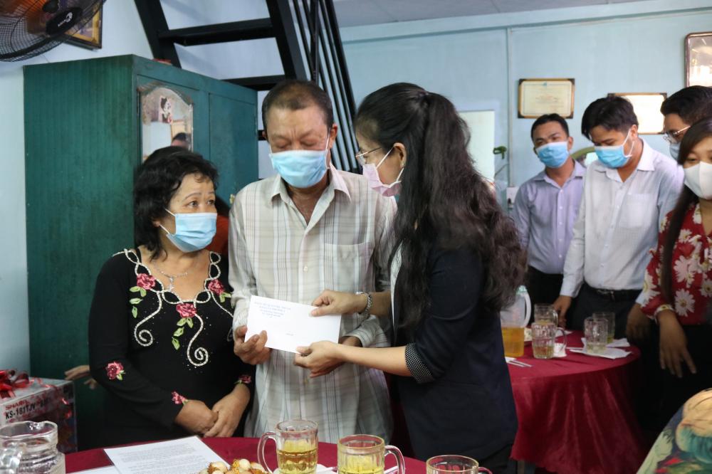 Hội LHPN quận Phú Nhuận cùng chính quyền địa phương dành tặng nhiều phần quà chúc mừng gia đình bà Bé có nơi ở mới khang trang hơn.