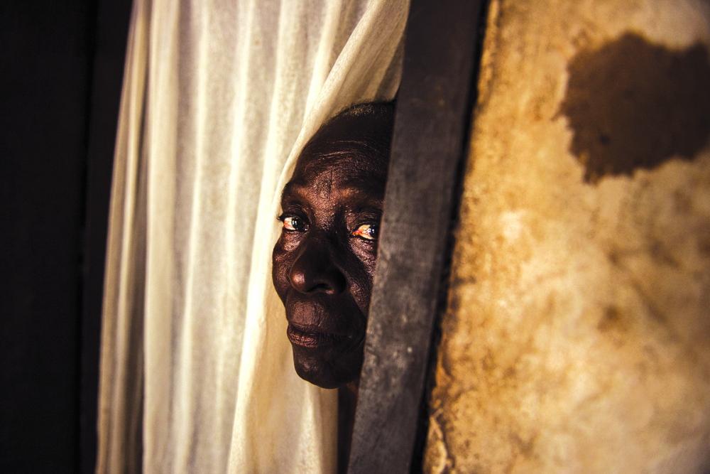 Helene, một cụ bà người Trung Phi bị cáo buộc là phù thủy phải ẩn náu trong nhà riêng suốt thời gian dài - Ảnh: Al Jazeera