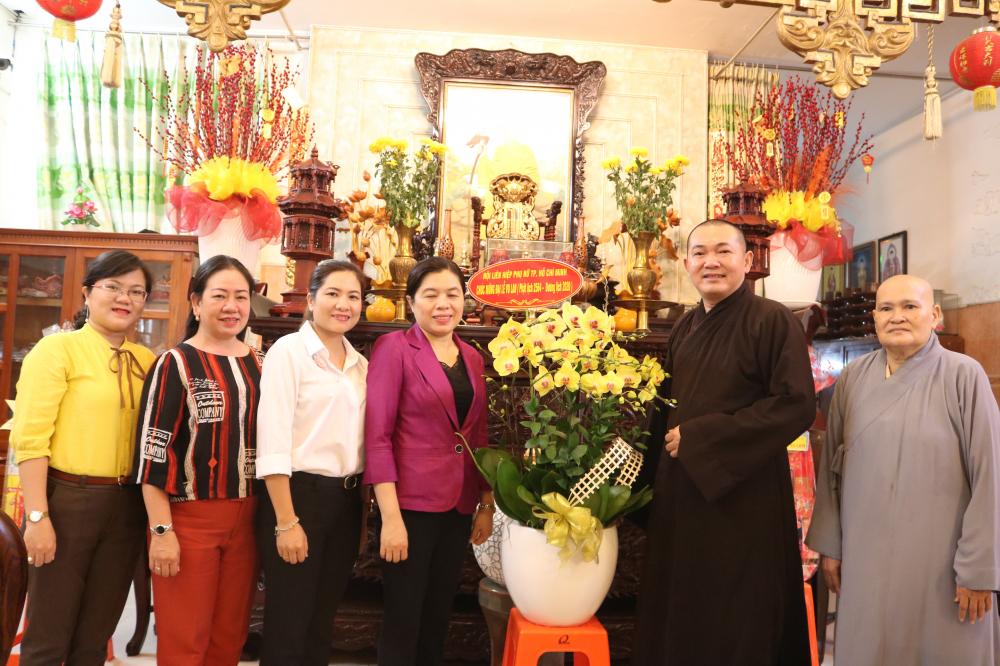 Đoàn cán bộ Hội LHPN TP.HCM và Hội LHPN quận 8 thăm chùa Vạn Liên ở phường 4, quận 8.