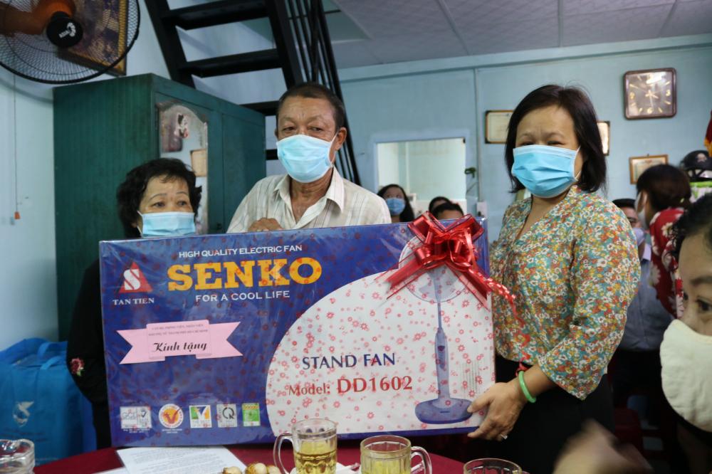 Ngoài kinh phí xây dựng mái ấm, Báo Phụ Nữ cũng có một phần quà tặng gia đình.