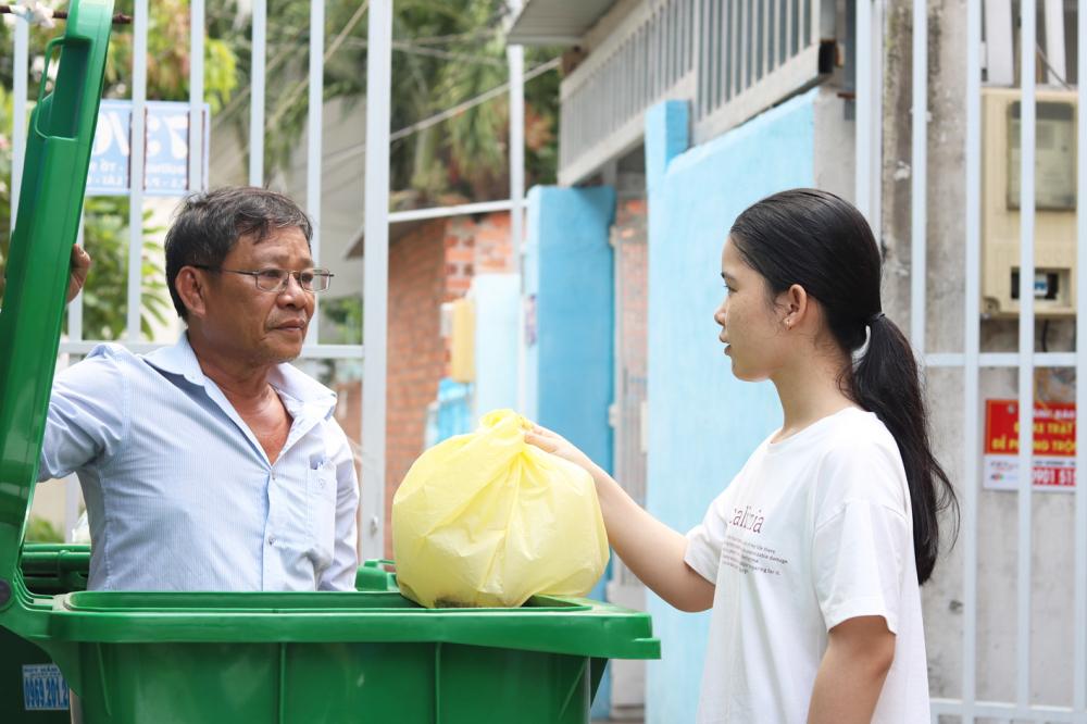 Ông Em dặn dò chuyện phân loại rác và hỏi thăm tình hình đời sống của gia đình em Nguyễn Trần Hằng
