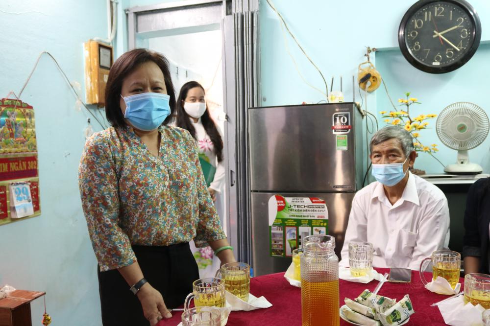 Bà Tạ Thị Nam Hồng - Phó Tổng biên tập Báo Phụ Nữ -  chia sẻ niềm vui khi đến dự lễ bàn giao nhà cho gia đình bà Bé và mong với
