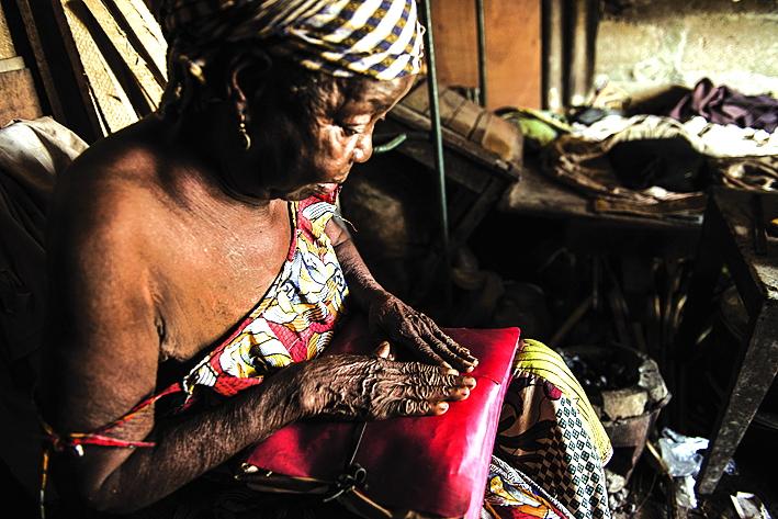 Therese Yambissi là một phụ nữ lớn tuổi bị giam cầm trong nhà riêng ở Bangui vì cáo buộc hành nghề phù thủy. Bà từng là giáo dân tích cực nhưng nay không còn được phép đặt chân đến nhà thờ của làng - Ảnh: Al Jazeera