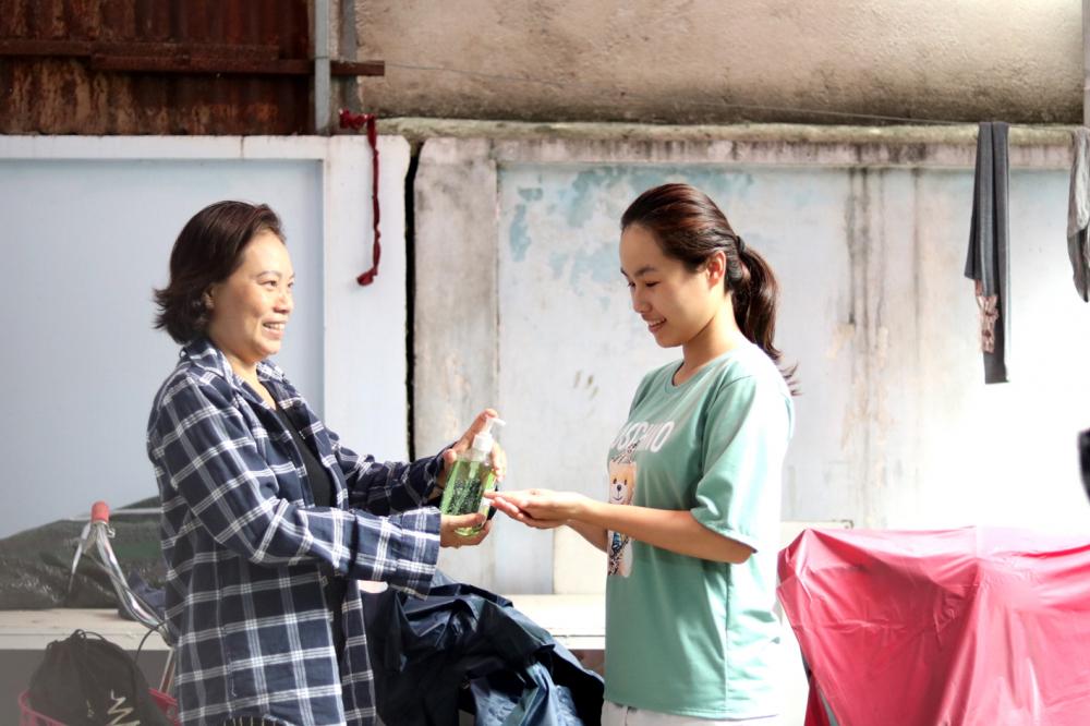 Bà Thúy (trái) nhắc người ở trọ cẩn thận để phòng bệnh dịch