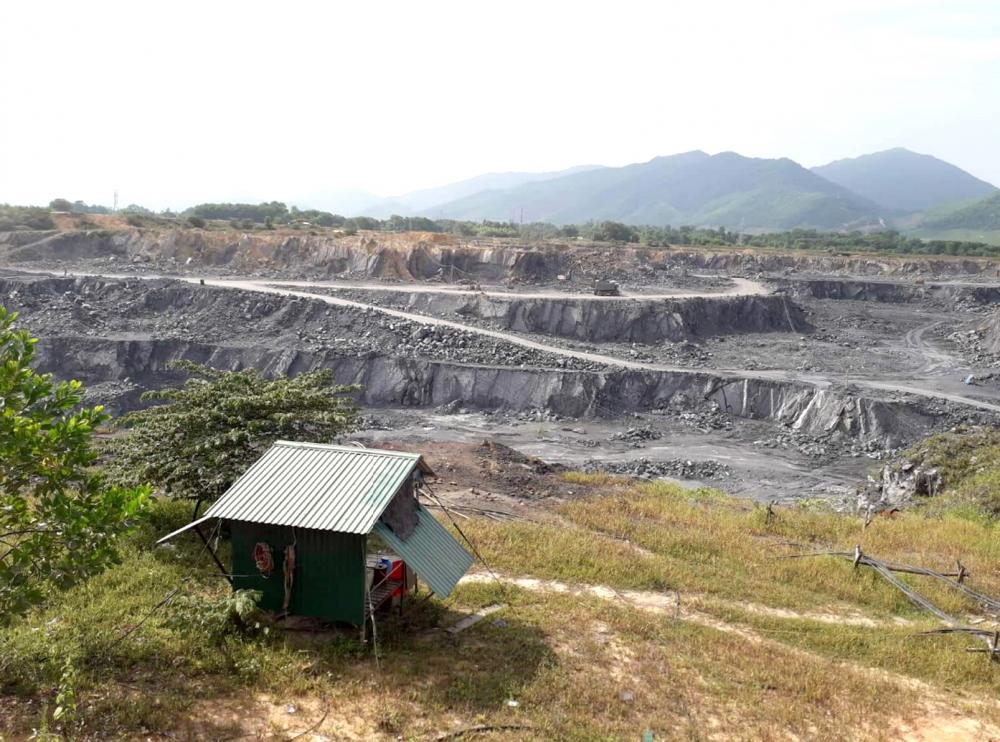 Mỏ đá của Công ty cổ phần Xi măng Đồng Lâm khai thác xuống sâu, thấp hơn mặt bằng đồng ruộng khoảng 25-30m