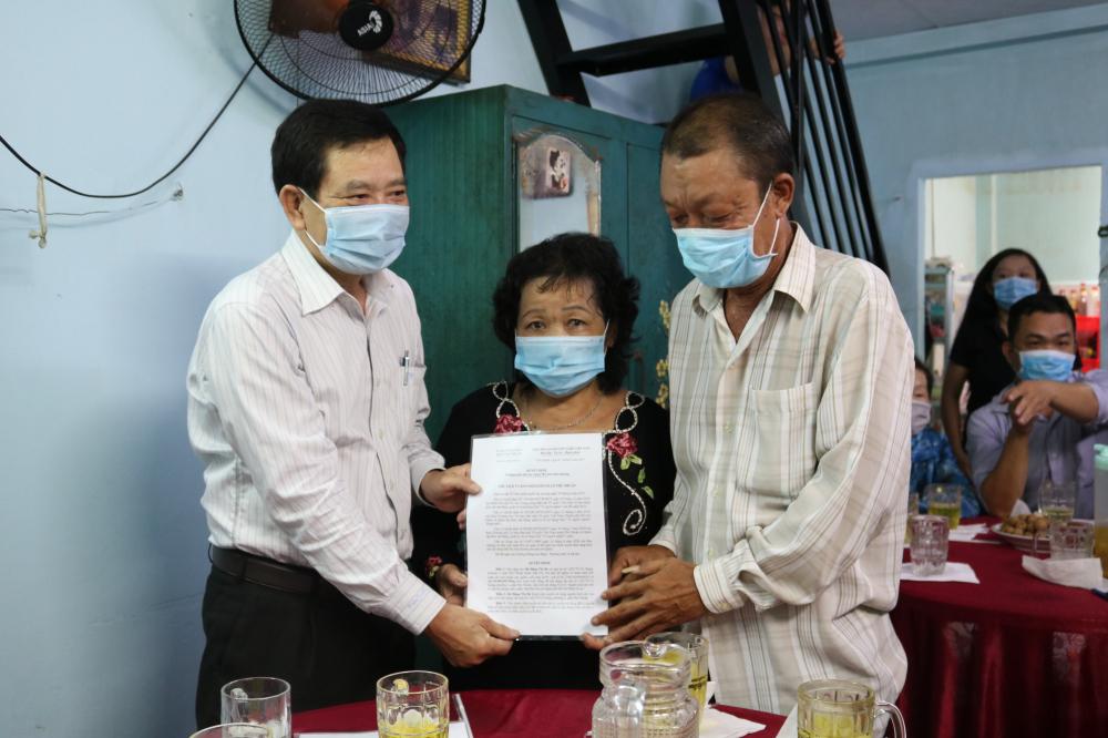 Ông Huỳnh Đăng Linh - Phó Bí thư thường trực Quận ủy quận Phú Nhuận - trao quyết định tặng mái ấm tình thương cho vợ chồng bà Bé.
