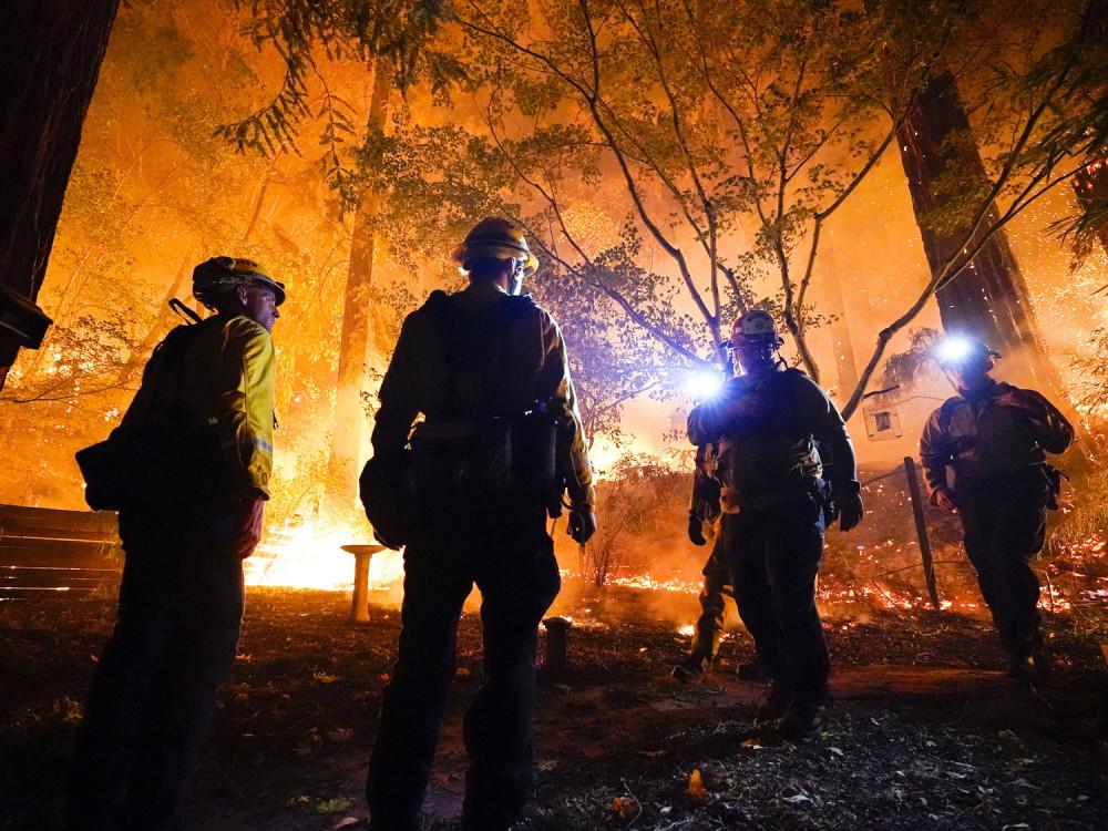 Những người lính cứu hỏa đang đứng nhìn một cách bất lực trước đám cháy quá lớn xảy ra tháng 8/2020 - Ảnh: Marcio Jose Sanchez/AP