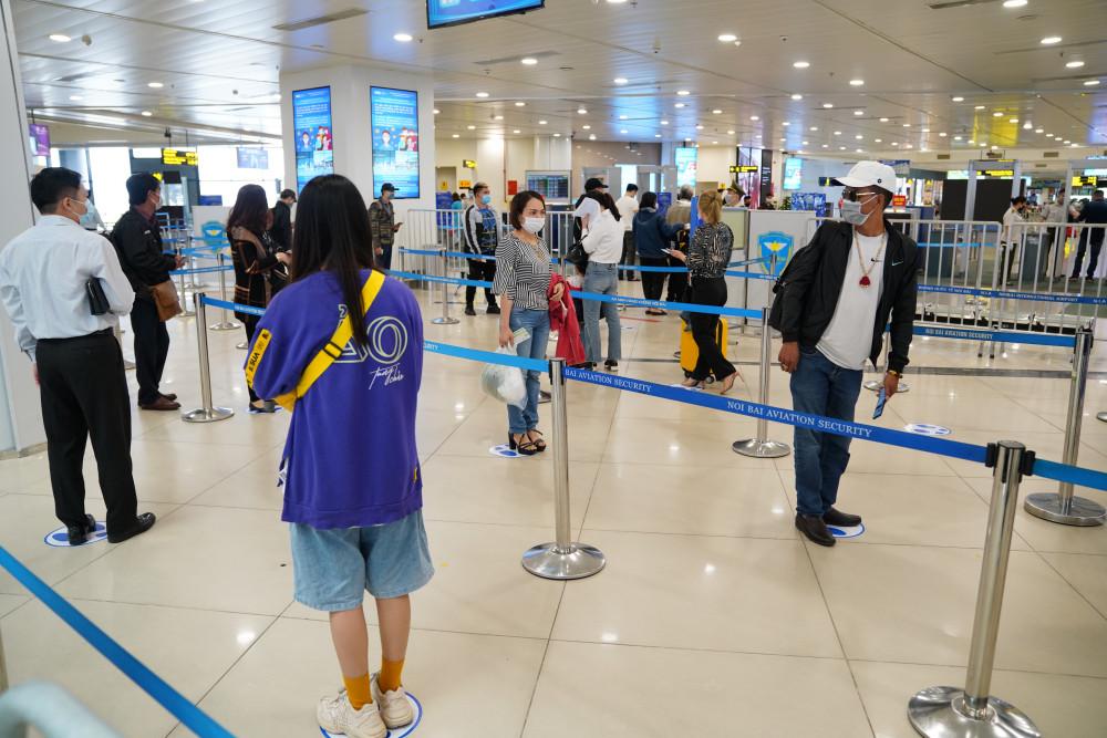 Thực hiện giãn cách phòng dịch tại sân bay Nội Bài.