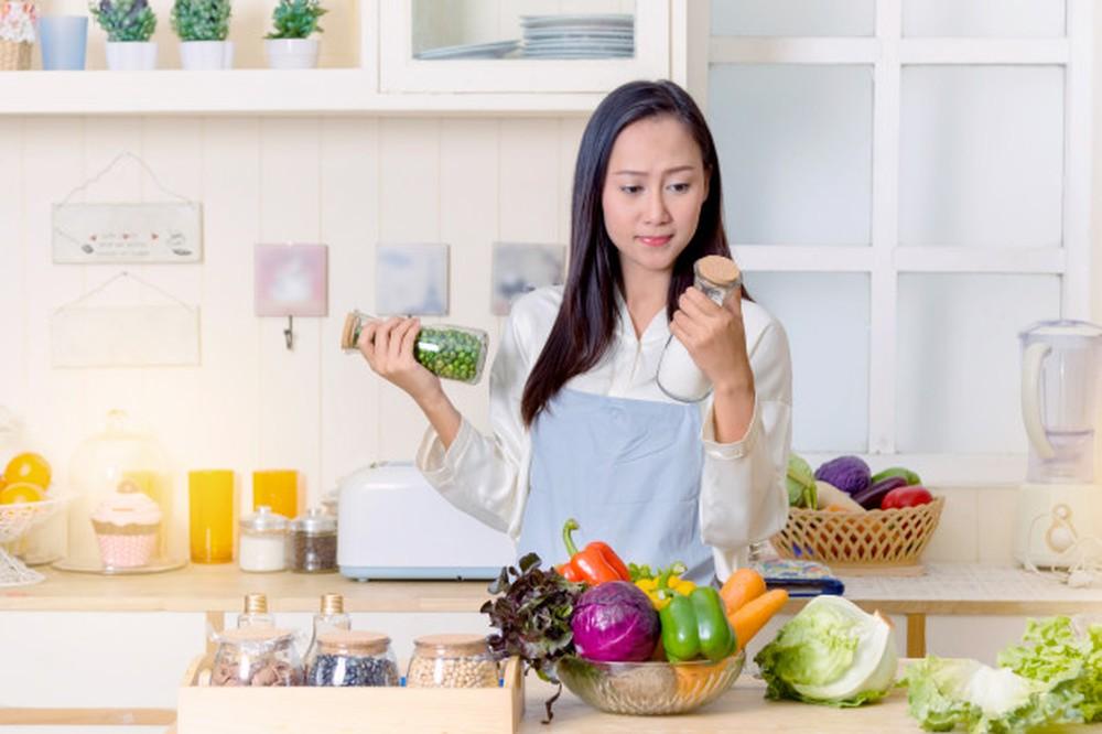 Người phụ nữ vất vả trong gian bếp của mình. Ảnh: DUDOFF Việt Nam cung cấp