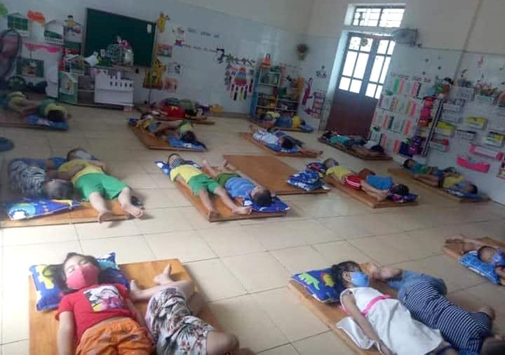 Các em học sinh trường mầm non ở Nghệ An đeo khẩu trang lúc nằm ngủ. Ảnh: Phan Ngọc