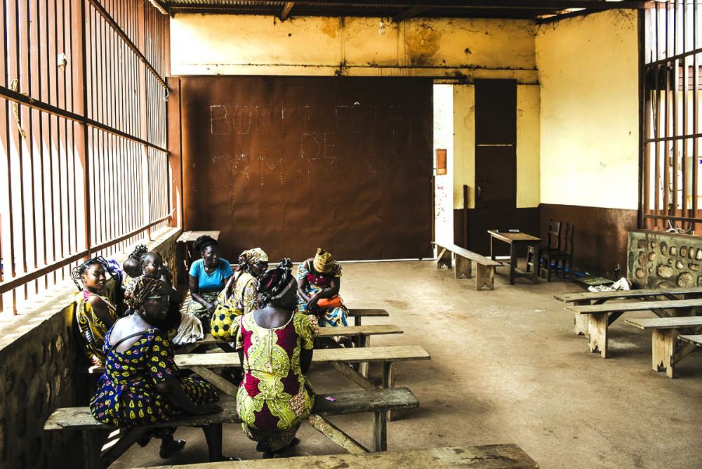 """Bên trong một trại giam  dành cho những nữ  """"phù thủy"""" ở Bangui - Ảnh: Al Jazeera"""