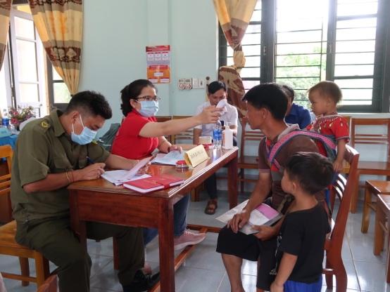 Ngoài ra, chương trình cũng cung cấp thông tin, tài liệu phòng, chống dịch COVID-19 để nhà trường và phụ huynh hỗ trợ công tác nâng cao nhận thức cộng đồng. Ảnh: Prudential Việt Nam cung cấp