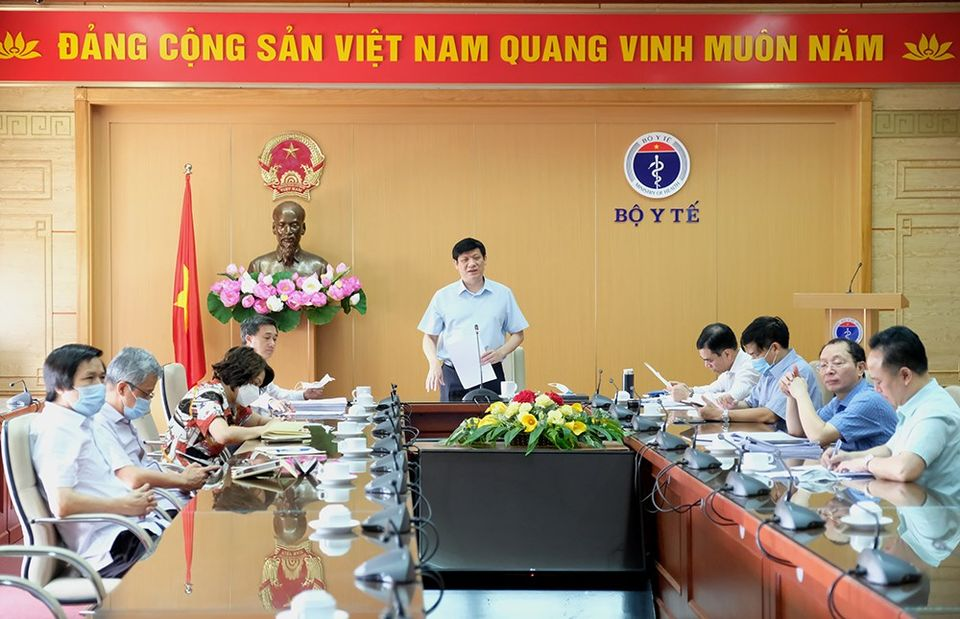 Quyền Bộ trưởng Bộ Y tế Nguyễn Thanh Long trong buổi họp trực tuyến sáng 27/8, ảnh Trần Minh
