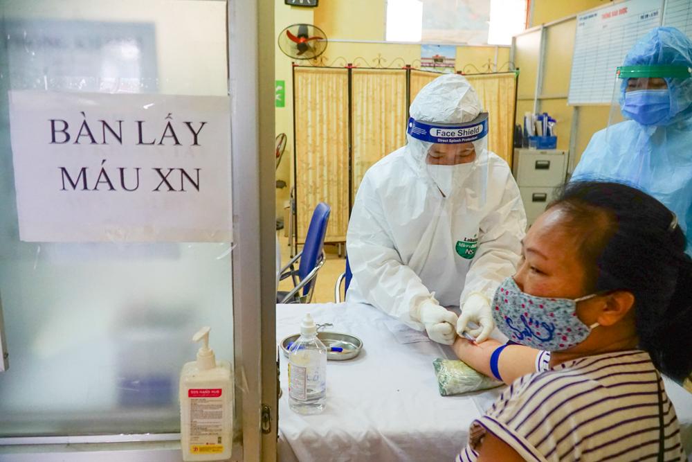 Lấy máu xét nghiệm COVID-19 cho người dân Việt Nam.