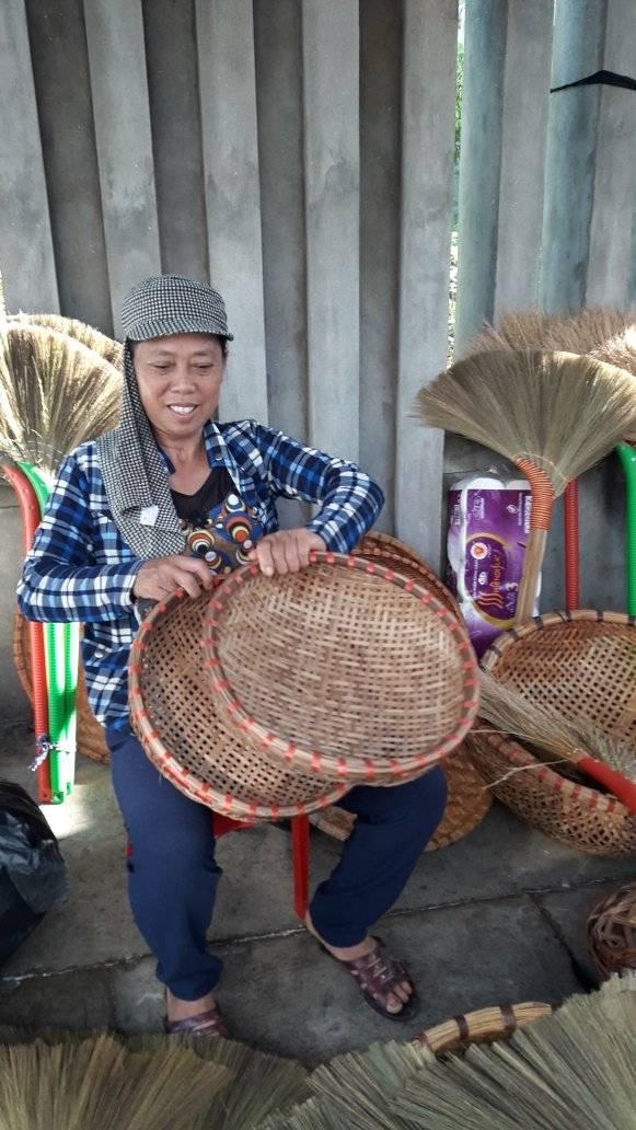 Chị Ngô Thị Mến gắn bó với nghề đan suốt từ tấm bé đến nay