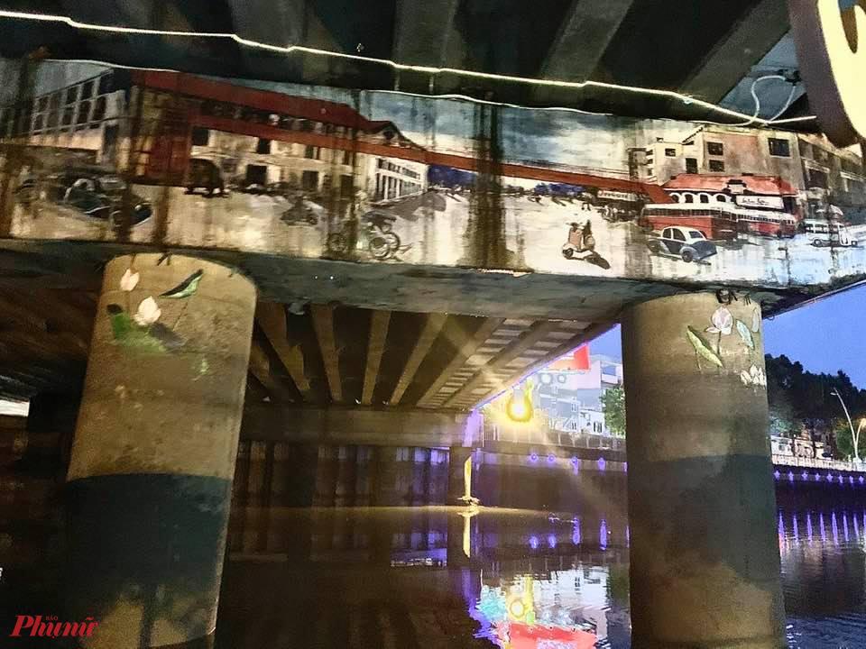 Một bất ngờ thú vị là chỉ khi đi thuyền, mới có dịp phát hiện ra  những bức bích họa vẽ dưới gầm cầu Điện Biên Phủ. Tiếc là các cây cầu còn lại chưa thể thực hiện được như thế vì nhiều lý  do khác nhau.