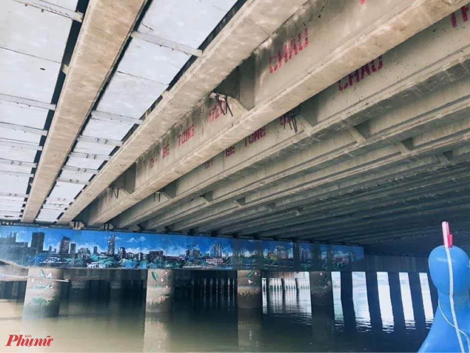 Hơi tiếc, độ cao thông thuyền giữa các cây cầu rất khác nhau. Nhất là ở cầu cũ như cầu Điện Biên Phủ. Những chiếc thuyền phụng có tạo hình cách điệu chim Phụng trông rất thanh thoát, một thời gian sau cổ phụng-độ cao của thuyền bỗng bị gọt ngắn lại vì khi nước lớn, chiều cao của chiếc đầu phụng sẽ bị mắc kẹt trong dạ cầu.