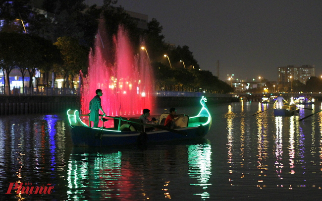 Có một dạo, những chiếc thuyền bị ném đá oan vì mấy người câu cá trộm hai bênh bờ kênh cho rằng thuyền đi như thế làm động lưỡi câu của họ, không câu được cá!