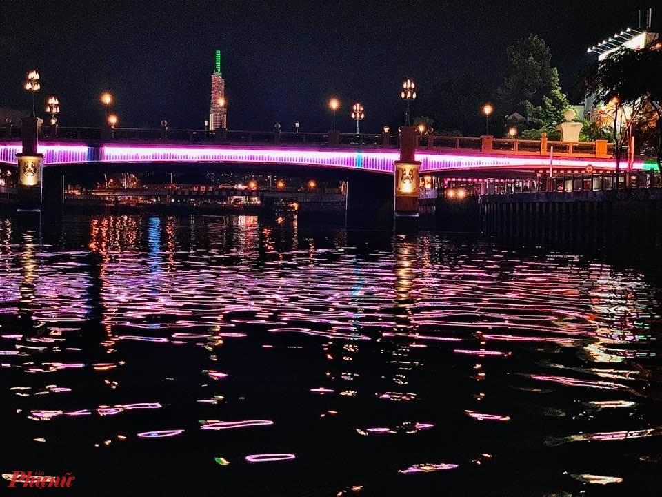 Tuyến kênh này có rất nhiều cầu. Bạn có dịp đi ngang qua dạ 9 cây cầu nổi tiếng với người Sài Gòn bao năm qua như  Cầu Thị Nghè, Điện Biên Phủ, Bùi Hữu Nghĩa, Hoàng Hoa Thám, Cầu Kiệu,  Cầu Sắt Trần Khánh Dư, Cầu Bông, Nguyễn Văn Trỗi, Lê Văn Sỹ…