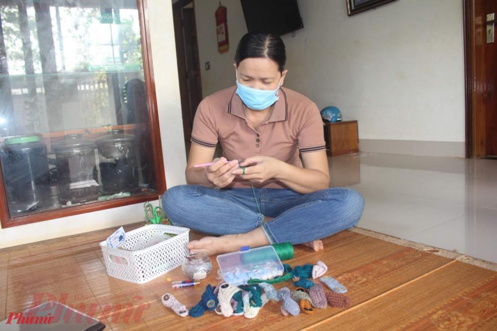 Cô giáo Nguyễn Thị Thủy đang chăm chú đan tai len tặng bà con