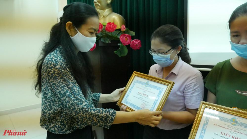Bà Lâm Thị Ngọc Hoa - Phó Chủ tịch thường trực Hội LHPN TPHCM trao giải cho các đơn vị đạt giải hội thi Gương sáng phụ nữ quanh tôi.