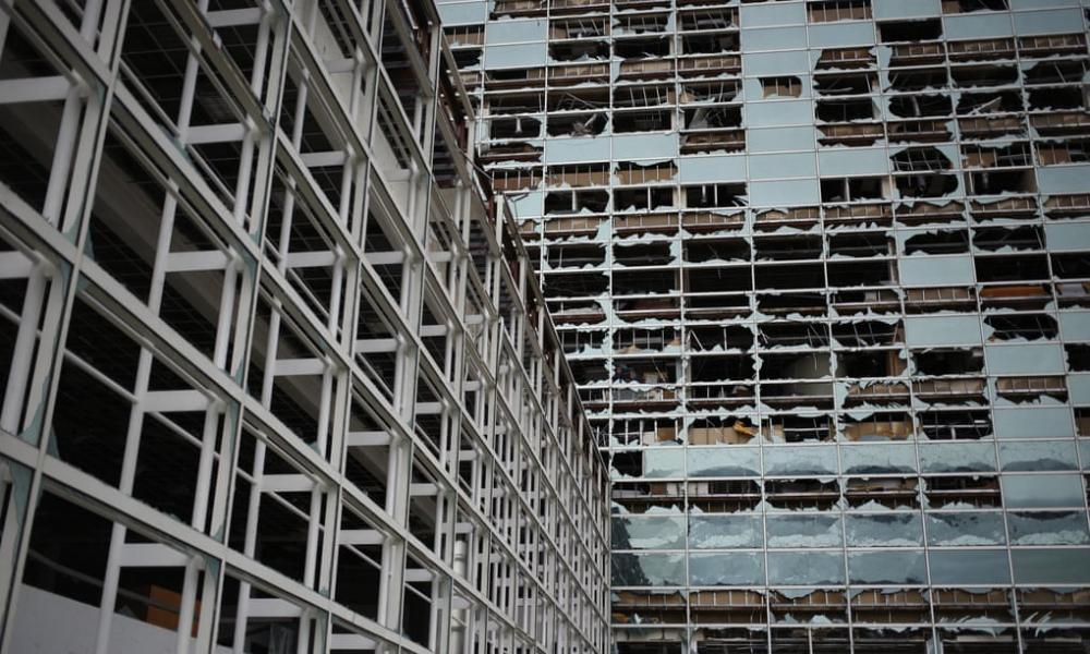 Các cửa sổ tại một tòa nhà văn phòng vỡ tan sau khi cơn bão Laura đổ bộ vào Hồ Charles, Louisiana. (Ảnh: Bloomberg)