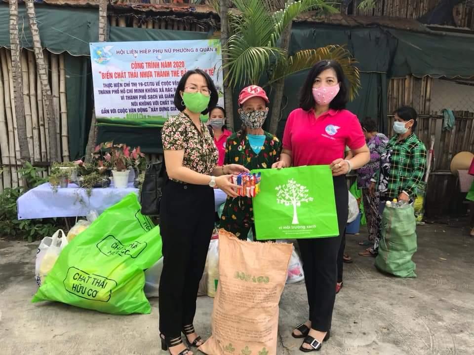 Các hội viên, phụ nữ nhận quà sau khi cân, đổi rác.