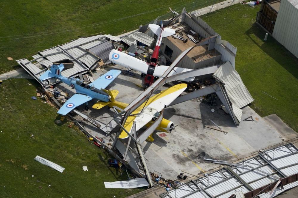 Kho đỗ máy bay bị phá hủy gần Hồ Charles. (Ảnh: AP)