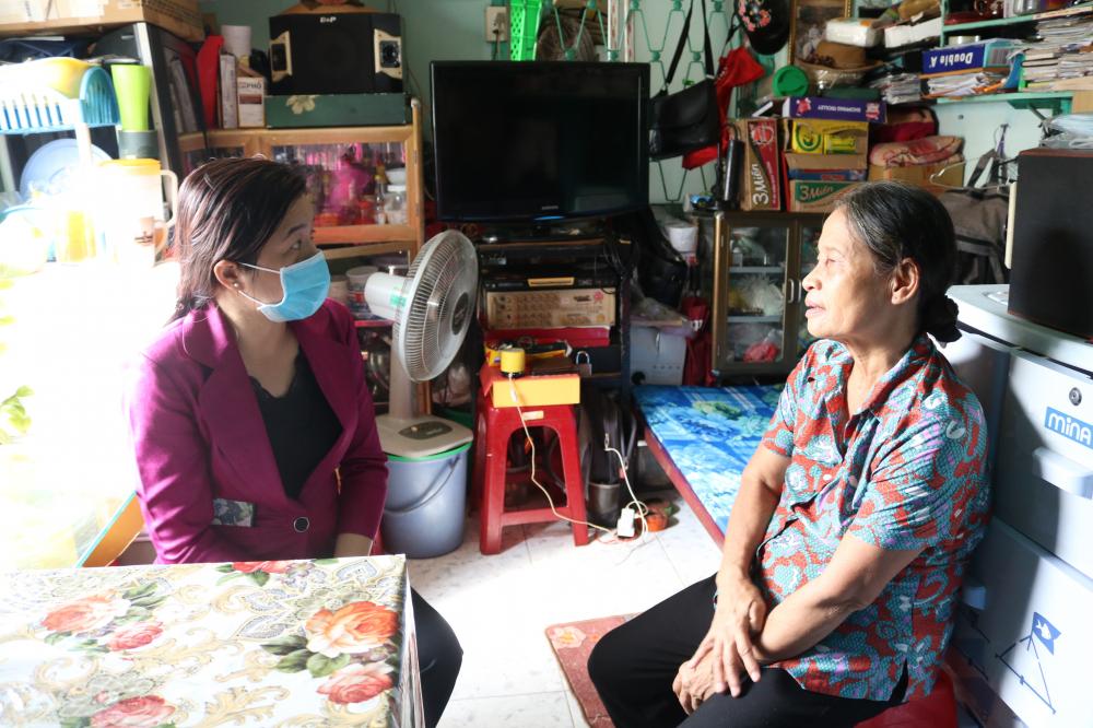 Bà Nguyễn Trần Phượng Trân - Chủ tịch Hội LHPN TP.HCM - ghé nhà hỏi thăm tình hình đời sống, động viên dì Ngọc vững lòng vượt qua khó khăn.