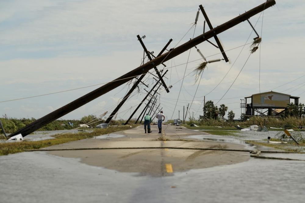 Người dân khảo sát thiệt hại sau cơn bão Laura ở Holly Beach, Louisiana. (Ảnh: AP)