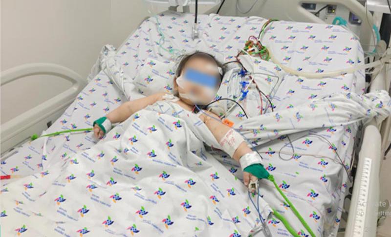 Bé trai đang được theo dõi sức khỏe tại Bệnh viện Nhi đồng Thành phố, ảnh BV