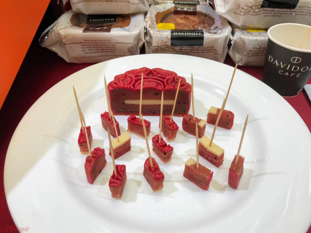 Thị trường bánh trung thu năm nay có điểm nhấn là các sản phẩm vỏ bánh mới làm từ thanh long, cà phê nhân phô mai đang được khá nhiều khách hàng ưa thích.