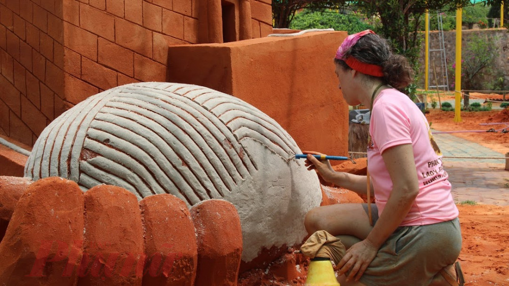 Các nghệ nhân điêu khắc đã dùng đến 300 tấn cát, làm việc nghiêm túc trong 1 năm để hoàn thành 30 tác phẩm trưng bày. Bao nhiêu tác phẩm là bấy nhiêu câu chuyện cổ tích được phục dựng lại sống động và nghệ thuật.