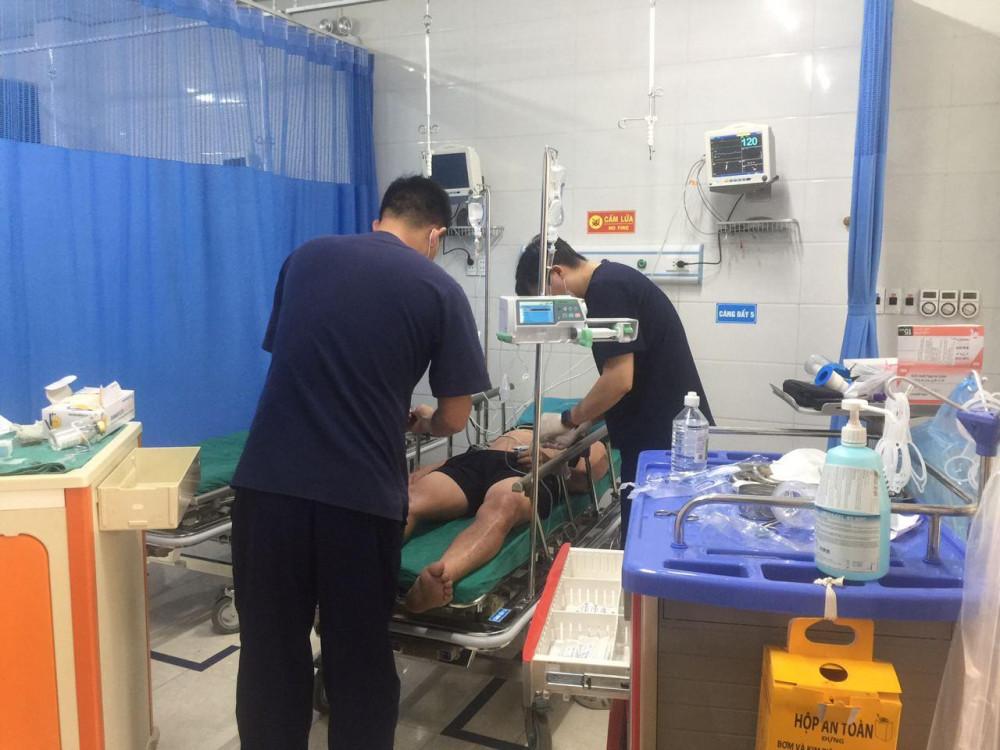 Nam bệnh nhân bị ong vò vẽ đốt đang được cấp cứu