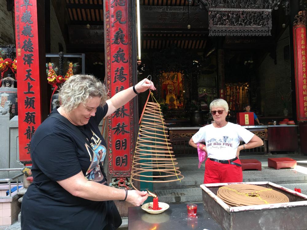 Khách nước ngoài ở chùa Bà. Ảnh - T.Q