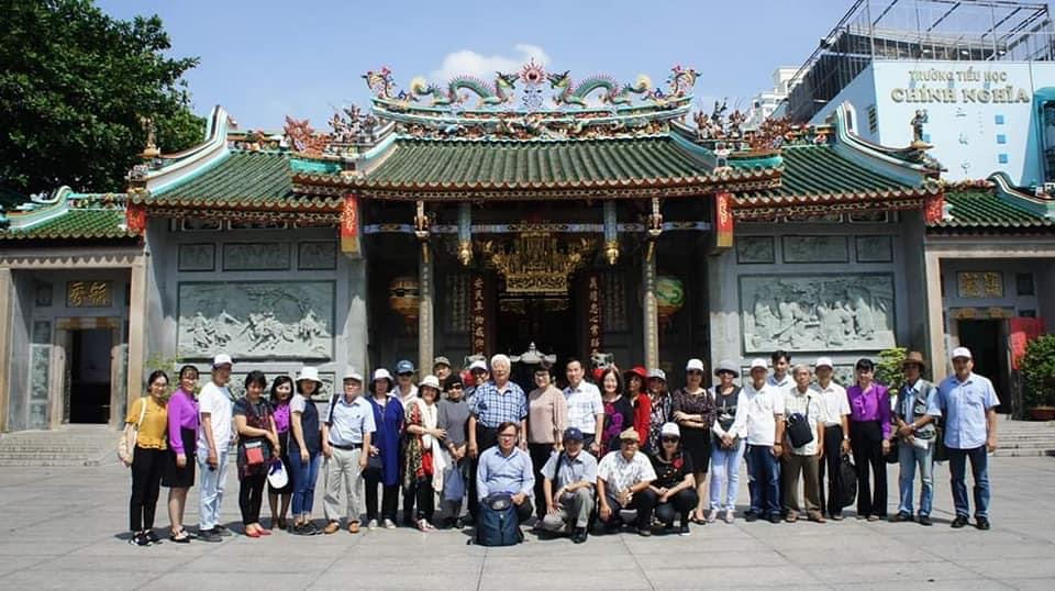 Đoàn khách TPHCM trong một lần đến thăm chùa Ông.