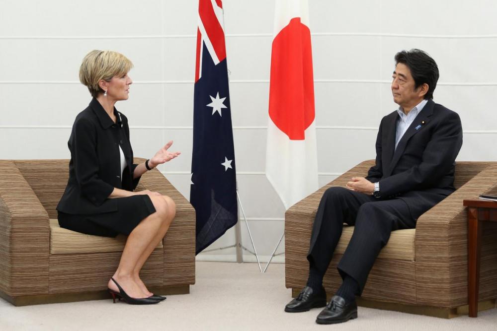 Bộ trưởng ngoại giao Australia Julie Bishop trong cuộc gặp với Thủ tướng Nhật Bản Shinzo Abe tại Iwaki, Nhật Bản, 5/2015 Ảnh: foreignminister.gov.au