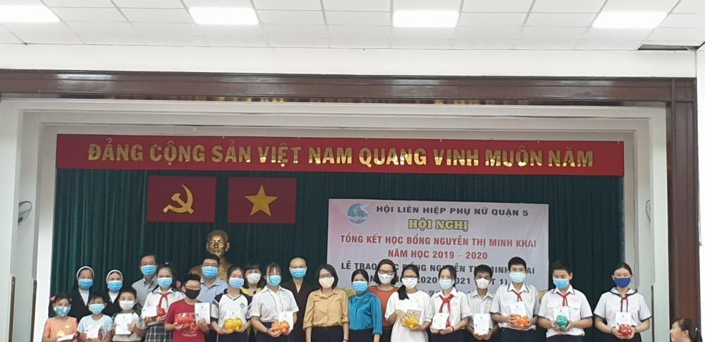61 suất học bổng Nguyễn Thị Minh Khai được trao tặng các học sinh quận 5 chiều 28/8/2020